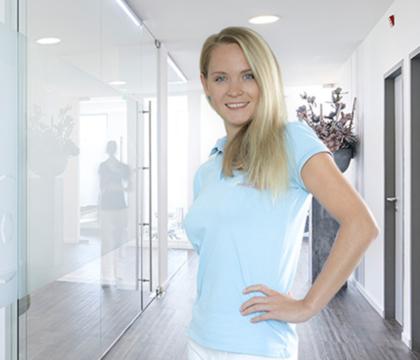 Zahnmedizinische Fachassistentin Tatjana Kral in der Zahnarztpraxis
